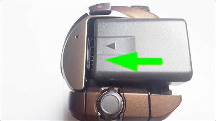 バッテリーパックをビデオカメラ本体に装着