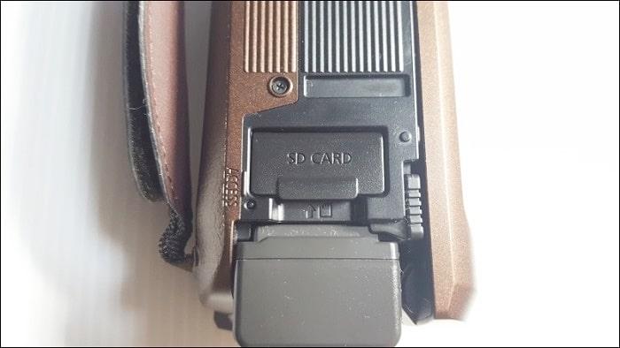 バッテリーの上にSDカードの挿入口がある