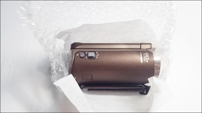 ビデオカメラ本体はプチプチに包まれていた