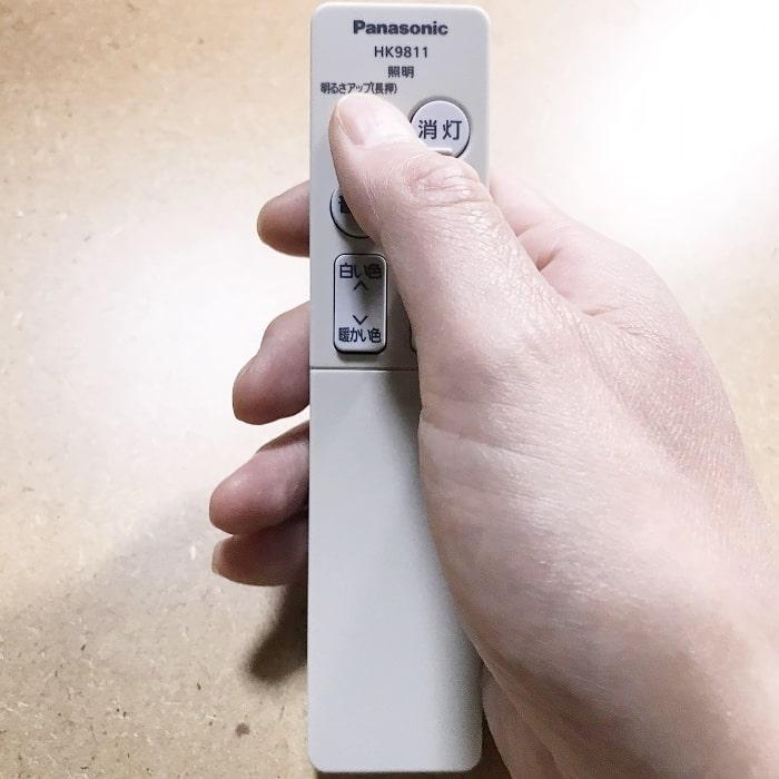 パナソニックのリモコンは片手にピッタリと収まるサイズ