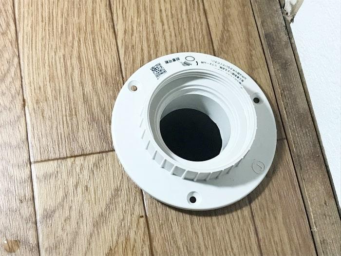 本体を排水管へはめ込む