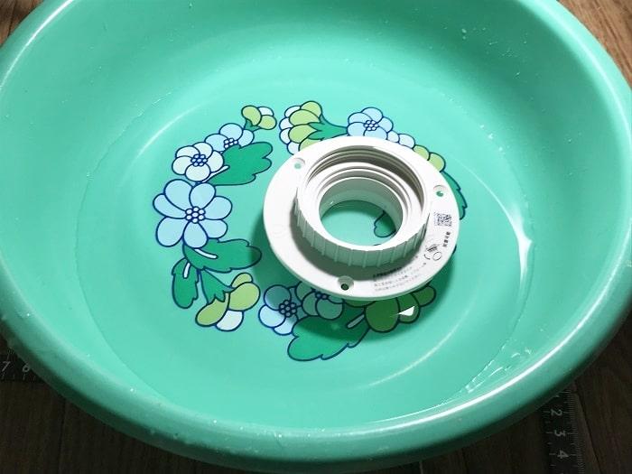 洗面器に水を入れて本体の接続ゴムの部分を水で濡らす